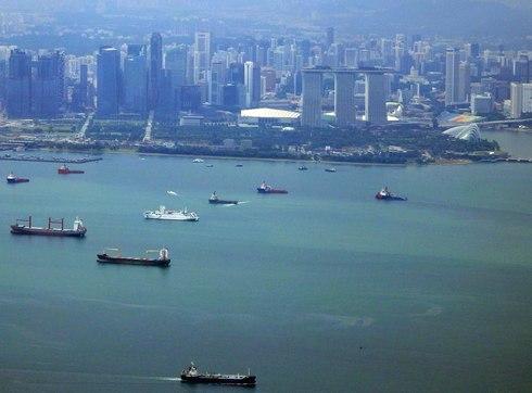 マリーナベイサンズとタンカーが沢山浮かぶ海