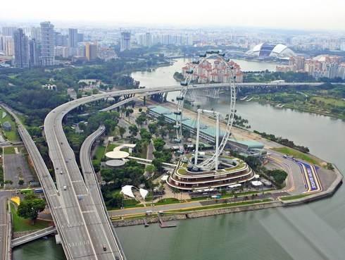 マリーナベイサンズから見た、シンガポールフライヤー