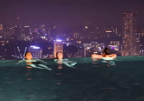 シンガポールのプール、落ちないのか