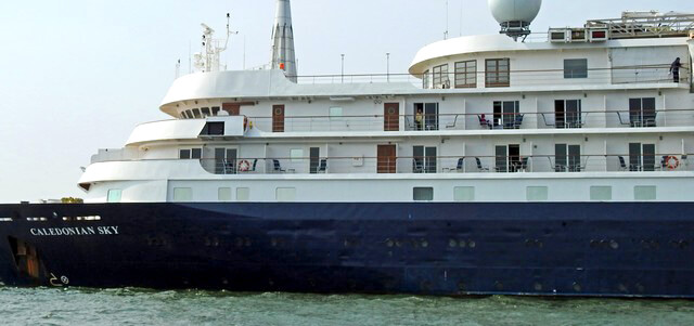 カレドニアンスカイ、1万トンバースに寄港