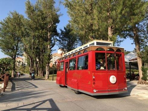 ブセナ海中公園の赤いシャトルバス