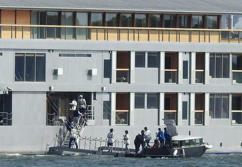 テンダーボートからガンツウに乗り込む客たち