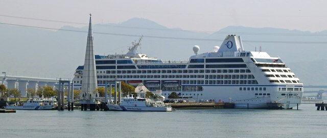インシグニアが広島港に寄港する様子