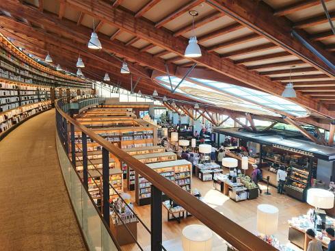 ツタヤ図書館、コーヒー片手に本を読みたくなる場所