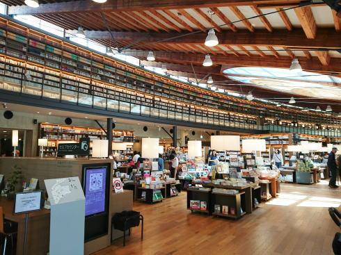 武雄市図書館 1階の様子