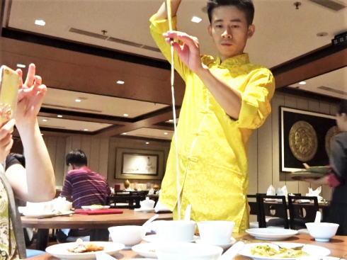 シンガポール四川豆花 八宝茶にお湯を注ぐティーマスター(茶芸師)