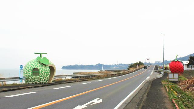 長崎フルーツバス停 向かい合う