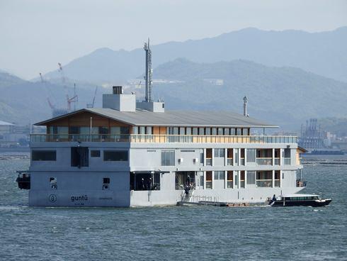 客船 ガンツウ、瀬戸内海に浮かぶ高級宿が宮島沖に停泊する様子