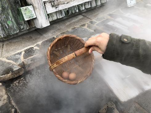 小浜温泉 ほっとふっと105の蒸し窯にたまごを入れる