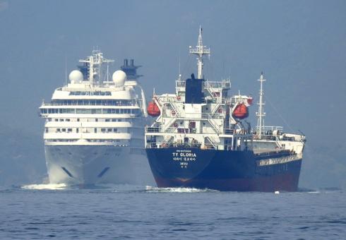 タンカー船「TY GLORIA」とすれ違うシーボーンソジャーン(Seabourn Sojourn)