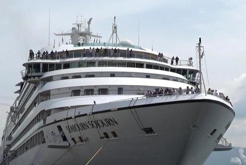 シーボーンソジャーン 船首から景色を眺める乗客