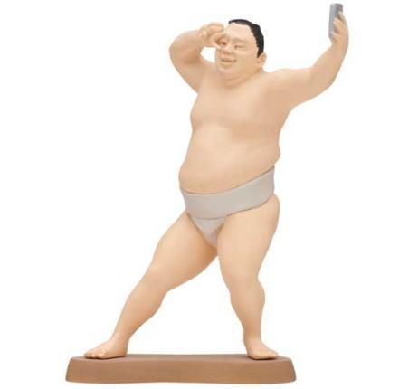 大相撲のフィギュア スマホで自撮り