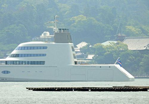 甲板にはヘリポート、船内はホテル並み!富豪所有のモーターヨットA