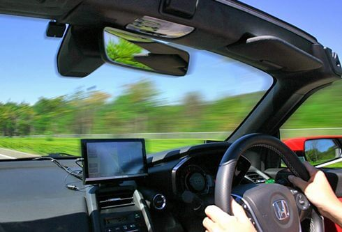 スマホの音楽を車のスピーカーで!古い車もbluetoothで接続可能になる「FMトランスミッター」
