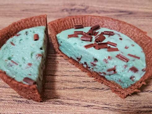 チョコミントタルト、鮮やかなミントブルーが衝撃のローソンスイーツ