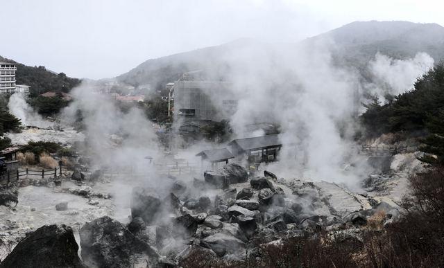 長崎で雲仙地獄めぐり、迫力の湯けむりに包まれる