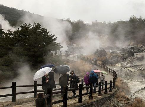長崎・雲仙地獄で展望台に上がっていく