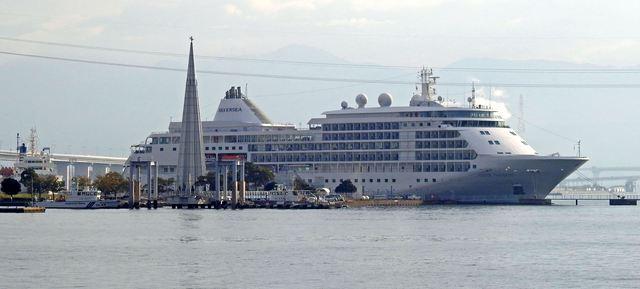 広島港・宇品の1万トンバースに停泊する、シルバーシャドー