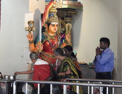 スリマリアマン寺院、礼拝をする人々
