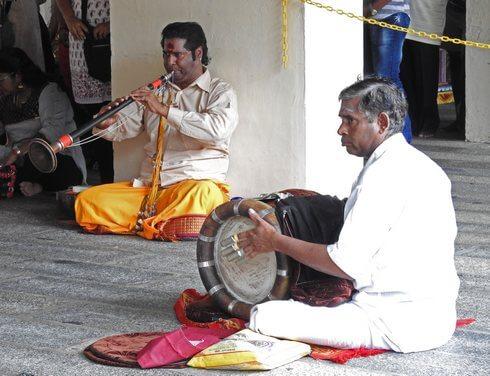 スリマリアマン寺院、太鼓やラッパで生演奏が