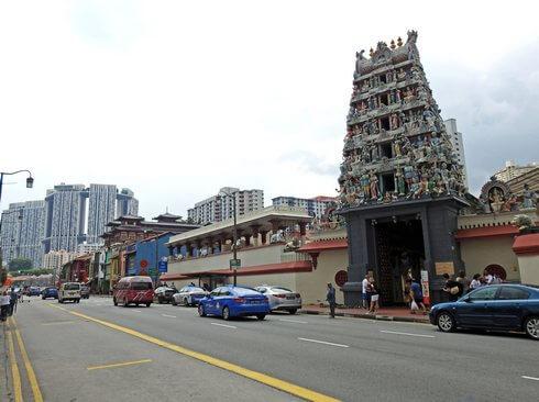 スリ・マリアマン寺院は、近代的な街中にある