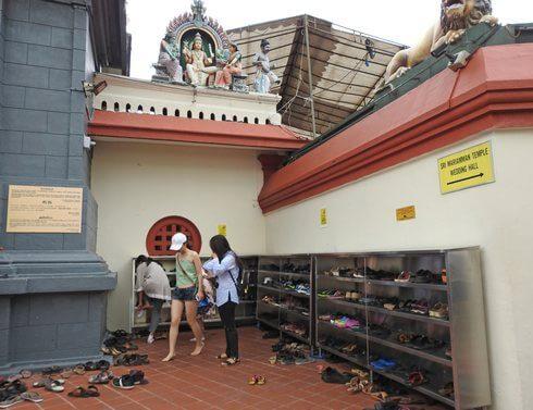 スリマリアマン寺院、入場する際は靴をぬぐ