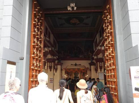スリマリアマン寺院、扉を抜けて中へ