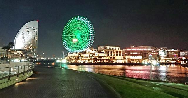 横浜の観覧車と、みなとみらいの夜景