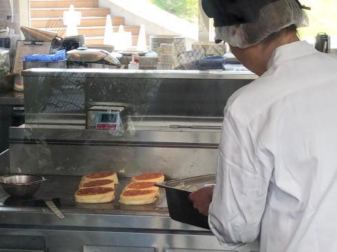 bills福岡 パンケーキが焼かれている