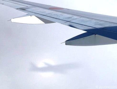 飛行機の影と虹のリング「ブロッケン現象」