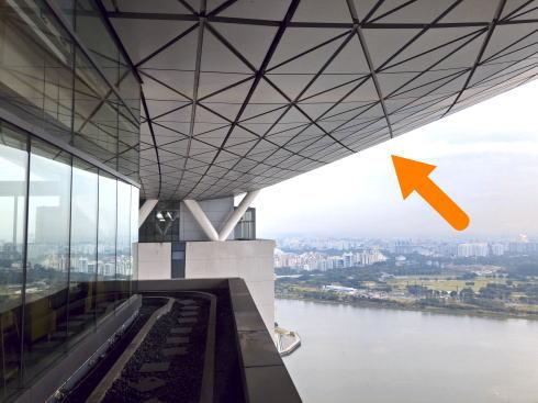 マリーナベイサンズ CLUB55からは、屋上階の船底が見れる