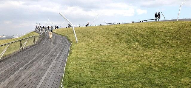 横浜・大さん橋の屋上、芝生公園は癒しの絶景スポット!映画やドラマのロケ地にも
