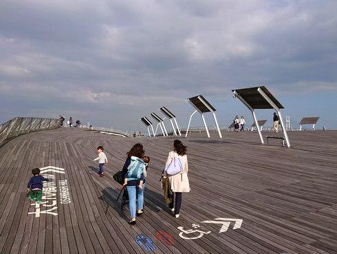 横浜・大さん橋、屋上公園の美しいウッドデッキ