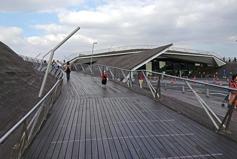 横浜・大さん橋、屋上広場「くじらのせなか」へ