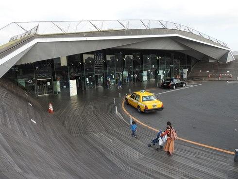 横浜・大さん橋、ターミナル入口の上へ