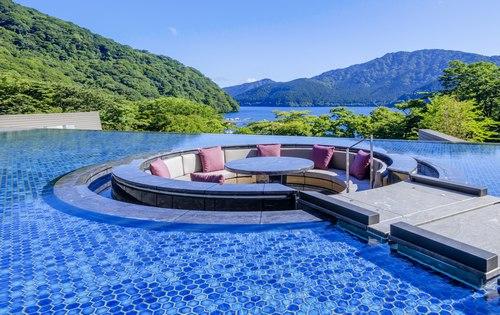 箱根はなをり、水面にいるようなおどろきの視界「水盤テラス」