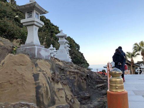 鵜戸神宮の岩が変わっている