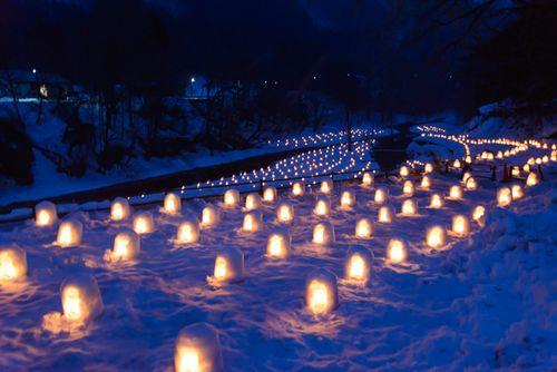 湯西川温泉かまくら祭、800のミニかまくらの夜の風景は日本夜景遺産にも