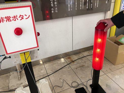 踏切の非常ボタンを押すと、停止信号(右)が点灯する
