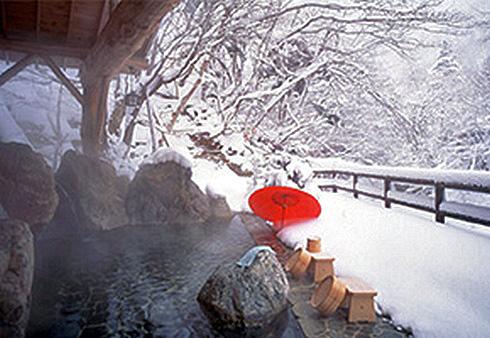 日光で雪見風呂、湯西川温泉かまくら祭り