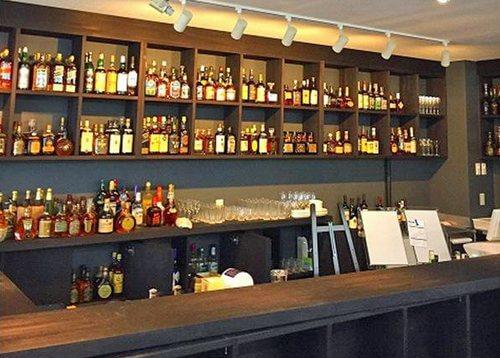 ポプラ博多駅前店に「お酒の美術館」コンビニ内に 立ち飲みバーがオープン