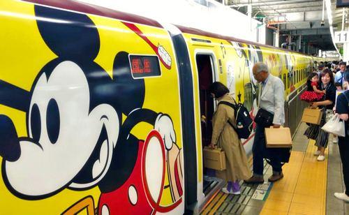 ミッキー新幹線、お披露目!博多~鹿児島を走る九州新幹線を可愛くラッピング、グッズ販売も