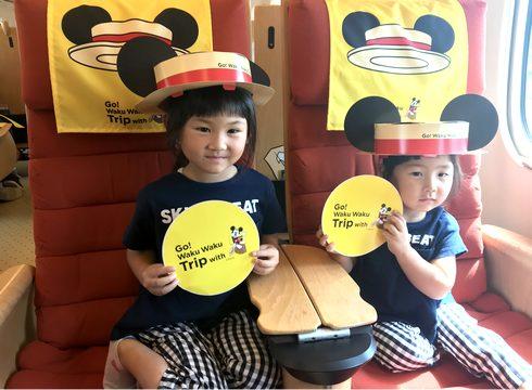ミッキー新幹線で配布されたカンカン帽をかぶる少女
