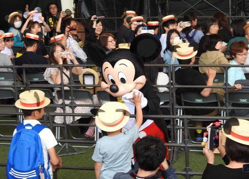 ミッキー新幹線 ミッキーマウスとハイタッチする子供たち