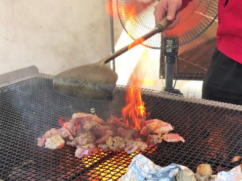 鶏の炭火焼き風景イメージ