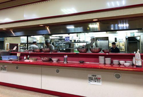 名古屋 味仙 矢場店の厨房カウンター
