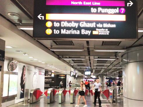 シンガポール MRT ホームの様子