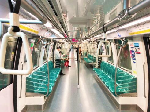 シンガポール MRT 列車の中の様子
