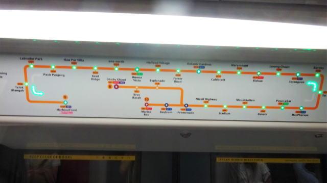シンガポール MRT 車内に路線図もある