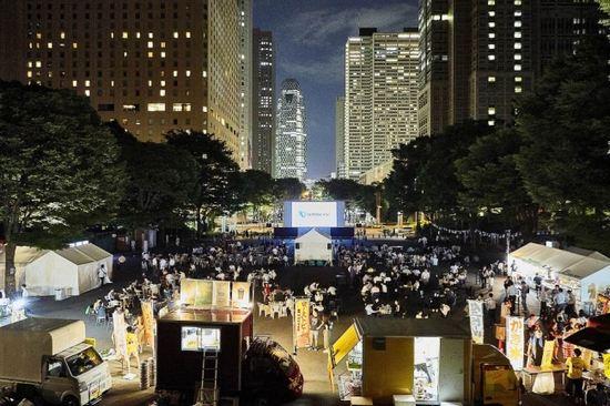 新宿で映画を無料鑑賞できる野外シアター!高層ビルの夜景をバックに新酒解禁も